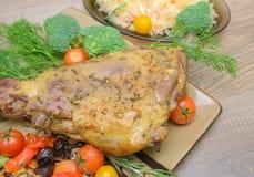 烤羊腿与菜和绿色特写镜头的 图库摄影