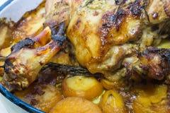 烤羊腿用土豆和迷迭香 免版税库存图片