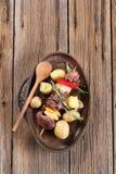 烤肉串和土豆 免版税库存照片