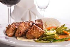 烤肉串和煮熟的菜宏观射击  图库摄影