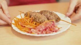 烤肉串用红萝卜沙拉 妇女吃着在棍子的一串烤肉串 Lulia Kebab 股票视频