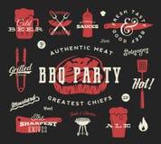 烤肉党传染媒介减速火箭的符号集 肉和啤酒象印刷术样式 牛排,香肠,格栅标志 在黑暗的红色 库存图片