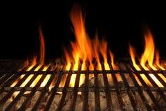 烤肉在黑背景隔绝的火格栅,特写镜头 免版税库存图片