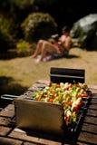 烤肉女孩kebab shish晒日光浴的蔬菜 免版税库存照片