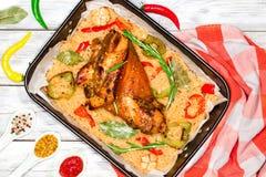 烤肉指关节用被炖的圆白菜,胡椒,大蒜 库存图片