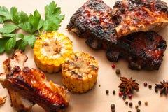 烤肉排骨用在木头的玉米 库存照片
