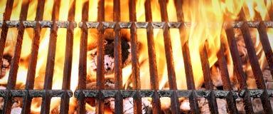烤肉格栅有明亮的火焰特写镜头顶视图 免版税库存图片