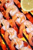 烤肉格栅热海鲜虾串 免版税库存照片