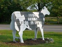 烤肉母牛农厂符号立场 免版税库存照片