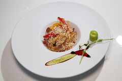 烤肉沙拉与菜和红辣椒,在一块白色板材的芝麻籽的 图库摄影