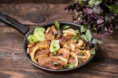 烤肉炖煮的食物用葱、香料、酒和夏南瓜在平底锅 木背景 顶视图 特写镜头 库存图片