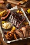 烤肉熏制的胸肉和肋骨盛肉盘 免版税库存图片