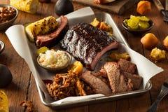 烤肉熏制的胸肉和肋骨盛肉盘 图库摄影