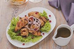 烤肉片kebab鸡内圆角调味汁和沙拉烤肉 免版税库存照片