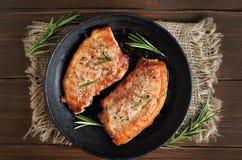 烤肉牛排用迷迭香 图库摄影