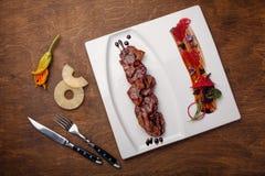 烤肉用在芳香抚人的调味汁的菠萝在一个棕色木板 免版税库存照片