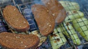 烤肉用烤在枝杈的面包 股票录像