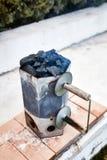 烤肉的抽烟的木炭烟囱起始者桶 免版税图库摄影