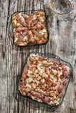 烤肉糕在烟肉和鸡肉烟肉滚动的Cevapcici劳斯用在被设置的玻璃烤盘的被切的葱在老木头 免版税库存图片