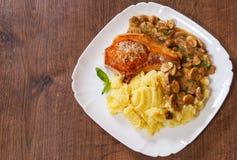 烤肉里脊肉牛排用蘑菇酱油和土豆泥 库存图片