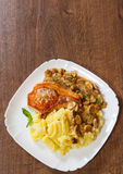 烤肉里脊肉牛排用蘑菇酱油和土豆泥 免版税库存图片