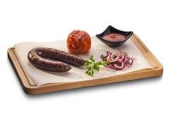 烤肉香肠用烤蕃茄,辣调味汁和新鲜 库存图片