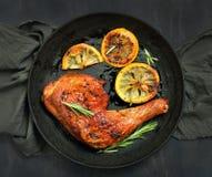 烤肉鸡腿和烤柠檬 库存图片