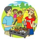 烤肉,年轻家庭野营 库存照片