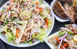 烤肋骨、熏制的金枪鱼和沙拉 免版税库存照片