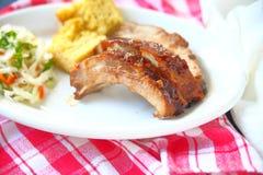 烤肋骨盛肉盘用凉拌卷心菜 库存图片