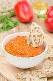 烤胡椒垂度用杏仁、大蒜和整个五谷面包 免版税库存照片