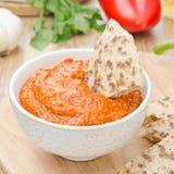 烤胡椒垂度用杏仁、大蒜和整粒面包 免版税库存照片