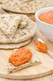 烤胡椒垂度用杏仁,在面包片的大蒜 免版税库存照片