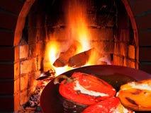 烤胡椒用山羊乳干酪和火 免版税库存图片