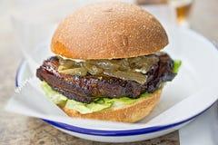 烤胸肉汉堡 库存图片