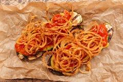 烤茄子用油煎的葱和调味汁 图库摄影