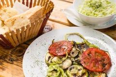 烤菜和圆白菜沙拉,在一张木桌上的面包 概念吃健康 特写镜头 免版税图库摄影