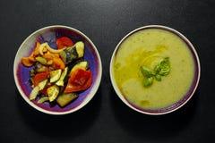 烤菜和绿皮胡瓜奶油色汤,健康素食膳食 图库摄影
