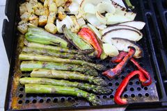 烤菜芦笋和葱土豆 免版税库存照片