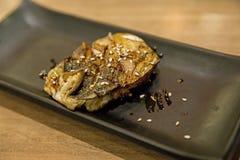 烤萨巴鱼用酱油和白色芝麻 免版税图库摄影