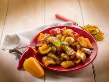烤葱和辣椒的果实 免版税库存照片