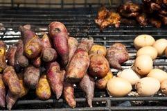烤薯类和鸡鸡蛋。 库存图片