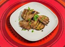 烤蘑菇用荷兰芹、辣椒粉和黑胡椒少量五谷  免版税库存照片