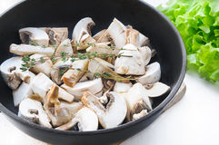 烤蘑菇采蘑菇与在平底锅的麝香草分支在白色木桌上 免版税库存图片