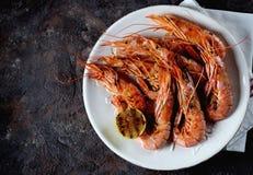 烤虾用大蒜、酱油、橄榄油、姜和辣椒 顶视图 库存图片