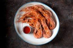 烤虾用大蒜、酱油、橄榄油、姜和辣椒 顶视图 库存照片