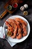 烤虾用大蒜、酱油、橄榄油、姜和辣椒 顶视图 免版税图库摄影