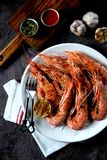 烤虾用大蒜、酱油、橄榄油、姜和辣椒 顶视图 免版税库存照片