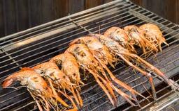 烤虾,在火焰状格栅的大虾 库存图片