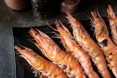 烤虾whith木炭火焰状火 库存照片